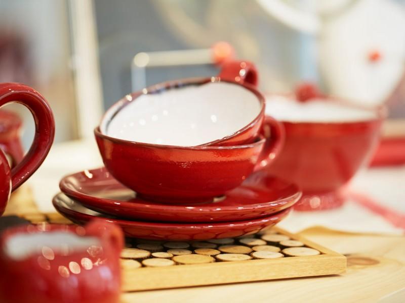 Hochwertiges Zubehör: vom Sieb über Teetassen bis zum Porzellan.